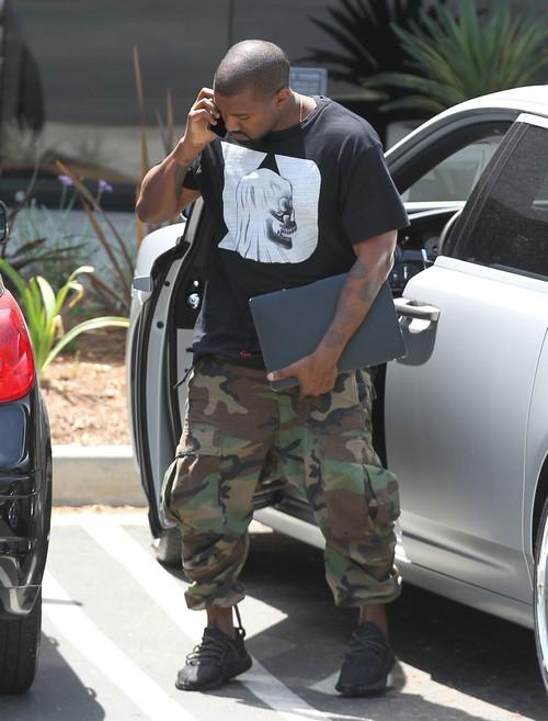 Kim Kardashian Divorce: Kanye West Furious Over Kim's Naked Pregnant Photo Shoot, Strangers Looking At Baby Bump?