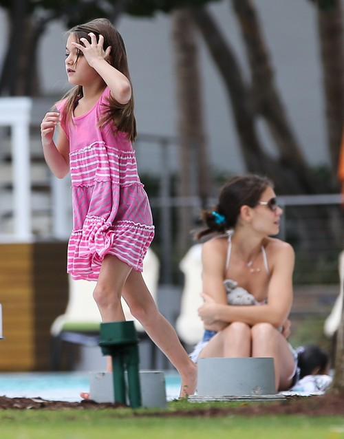 Katie Holmes Neglects Suri Cruise and Mean to Fans, Ignores Daughter To Gossip With Pal - Report