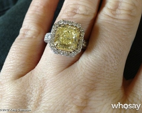 Kelly Clarkson and Brandon Blackstock – See Giant Engagment Ring (Photo)