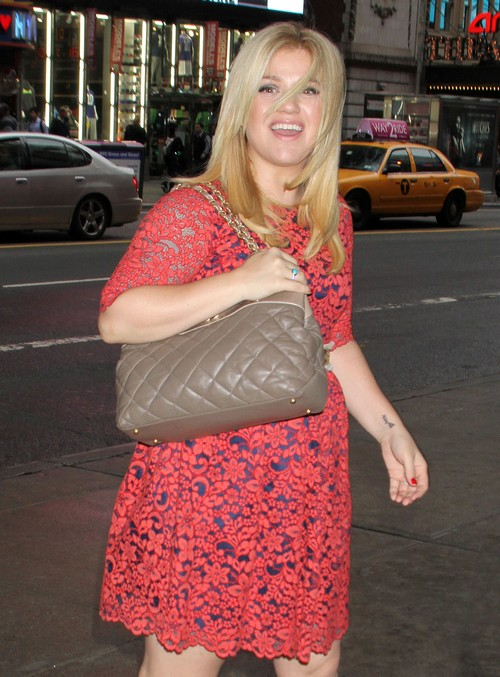 Kelly Clarkson Pregnant, Hiding Her Baby Bump? (PHOTO)