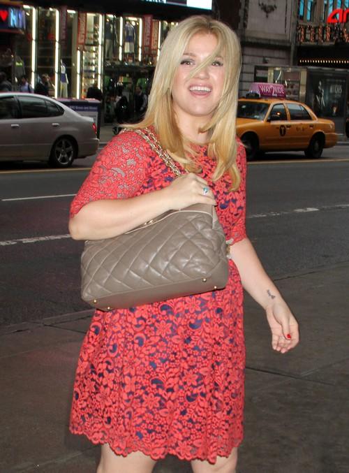 Kelly Clarkson Pregnant, Hiding Her Baby Bump? (PHOTO)