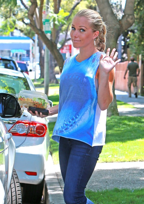 """Kendra Wilkinson Tells Her Mom To """"Go Die""""  - Disowned by Family"""