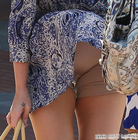 Khloe Kardashian Crotch Shot Wardrobe Malfunction - PHOTOS HERE