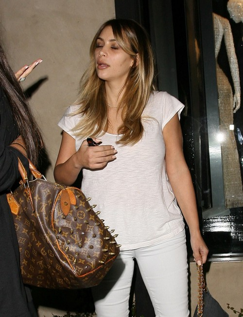 Kim Kardashian Looks Exhausted: Out To Lunch and Beauty Salon Poses With Fans (PHOTOS)