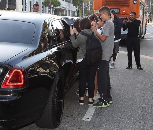"""Kim Kardashian Lashes Out At Paparazzi - """"Shut The F***ing Door!"""""""