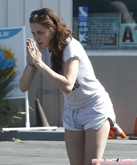 Exclusive... Kristen Stewart Begs The Photogs To Leave Her Alone - NO INTERNET USE WITHOUT PRIOR AGREEMENT