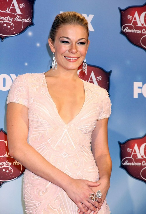 """LeAnn Rimes' """"Sex Thoughts"""" To Keep From Crying While Paying Tribute To Patsy Cline"""
