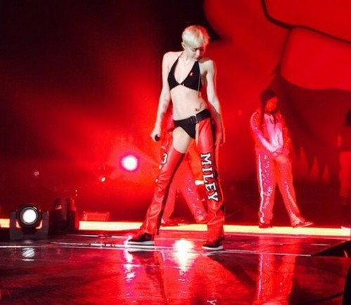 Miley Cyrus Hates Christina Aguilera - Refuses to Perform on The Voice Over Twitter Chaps Feud