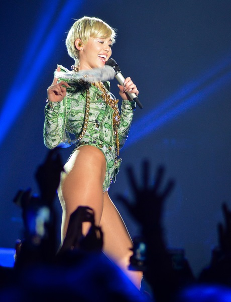 Selena Gomez Turns To Religion As Miley Cyrus Feud Making Her Sick!