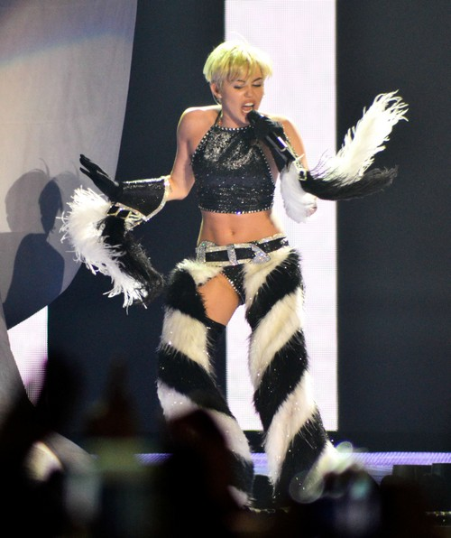 Miley Cyrus From Naked Bangerz Tour Scandal To Crazy Hermit Craft Lady: Officially Lost Her Mind?