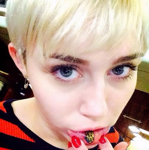 "Miley Cyrus ""Sad Kitty"" Lip Tattoo (PHOTO)"