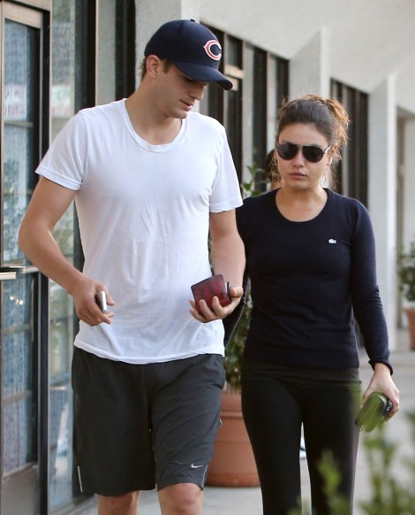 Ashton Kutcher Breaks The News To Demi Moore, Mila Kunis' Pregnant! 1108