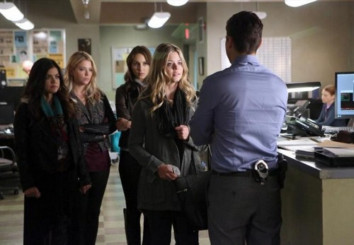 "Pretty Little Liars Spoilers Season 5 Episode 2 ""Whirly Girl"" Preview Video: Alison Returns - Family Searches For Mrs. DiLaurentis"