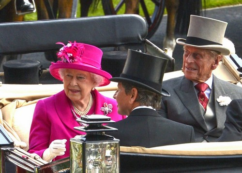 Queen Elizabeth Gets a 5% Raise of $3.5 Million - Still Hates Camilla Parker-Bowles! (PHOTOS)