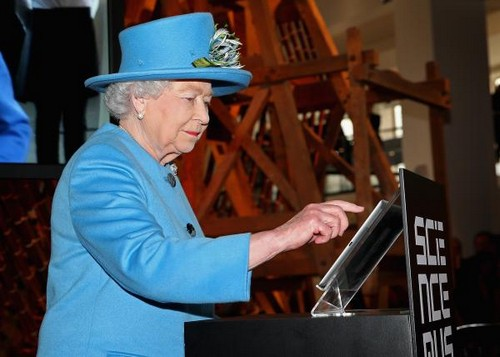 Queen Elizabeth Tweets Her First Ever Twitter Message (PHOTO)
