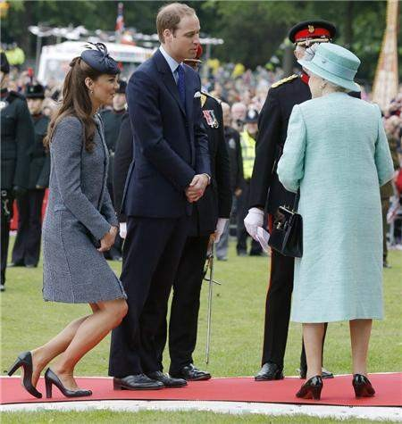 """Queen Elizabeth Criticizes Kate Middleton: """"Know Your Place, I'm Still In Charge"""""""