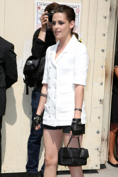 Kristen Stewart Laughs Off Robert Pattinson, Riley Keough Dating Rumors In Paris (PHOTOS) 0702
