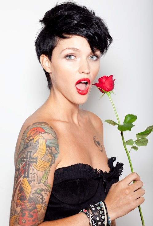 Australian DJ Ruby Rose is about to start trending on Google. Ruby revealed in her Twitter account that she used to hook up with Demi Lovato in the past, alleging that