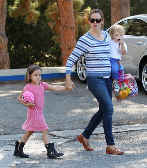 Jennifer Garner Pregnant With Fourth Child? Actress Sporting New Baby Bump (PHOTOS) 0716