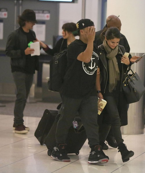 Selena Gomez, Orlando Bloom Spotted at Airport Together: Dating or Revenge on Justin Bieber? (PHOTOS)