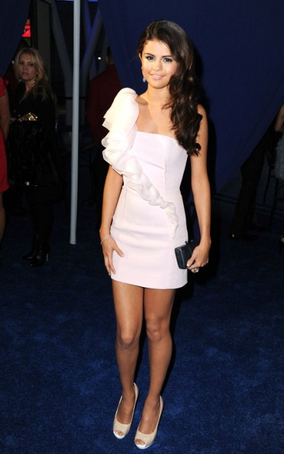Selena Gomez Arriving at the 2011 People's Choice Awards