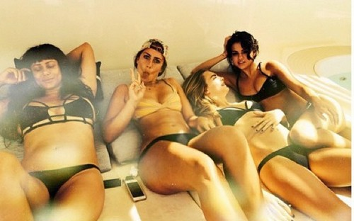 Is Selena Gomez Hooking Up With Cara Delevingne - Are They Lovers? (PHOTO)