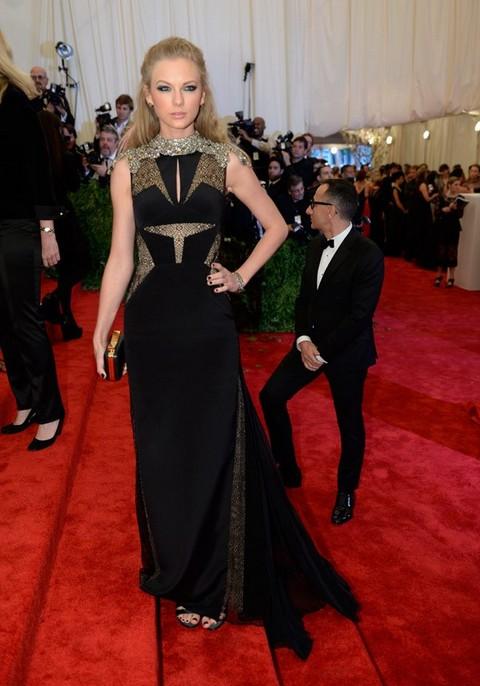 Robert Pattinson Dumps Kristen Stewart For MET Gala - Ashamed To Be Seen With Trampire? (PHOTOS)