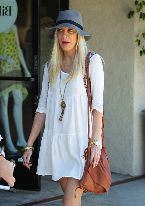 Tori Spelling Shopping In Encino