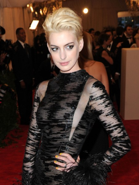 Anne Hathaway Confronts Amanda Seyfried Over Oscar Dress Fiasco At Met Ball 0508