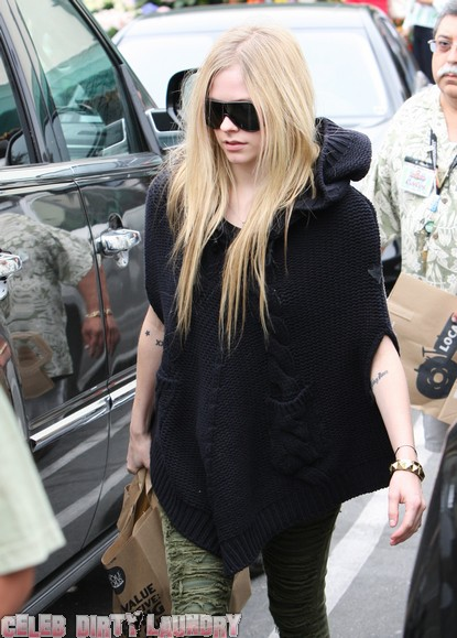 Avril Lavigne Denies Pregnancy Rumors