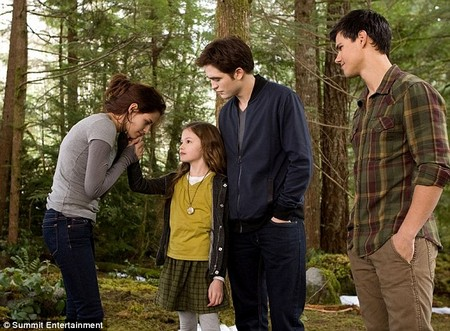 Breaking Dawn's Edward And Bella Share A Tender Moment With Renesmee (Photos)