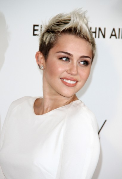 Miley Cyrus, Liam Hemsworth Wedding Still On - But She Steps Out Without Engagement Ring 0308