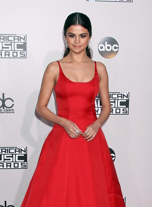 Selena Gomez Out of Rehab: Back in Public Eye, Stuns at AMA's