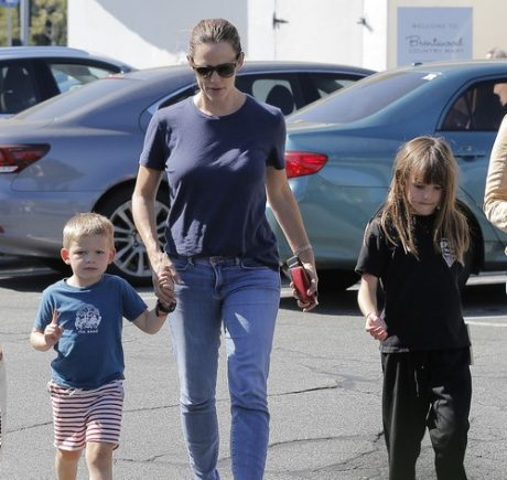 Jennifer Garner Out With Her Kids In Brentwood