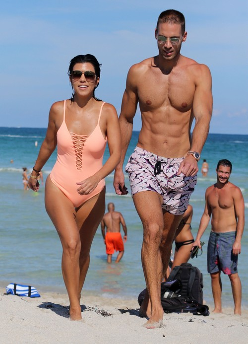 Kourtney Kardashian Amp A Mystery Man Enjoy Vacationing In