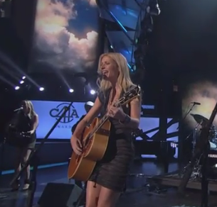 Gwyneth Paltrow Proved She Can Sing At The CMA Awards [Video]
