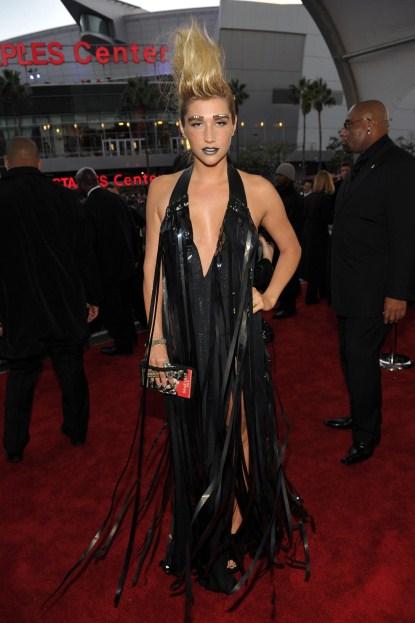 Kesha Looks Like A Disaster At The AMA Awards