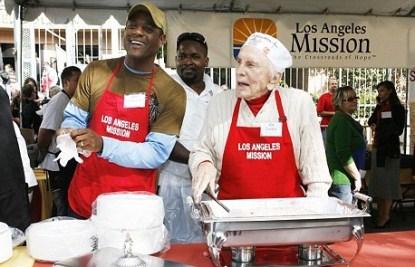 Kirk Douglas Serves Up Thanksgiving Dinner To The Homesless