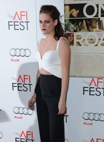 Kristen Stewart Orders Robert Pattinson Not To Touch Her When Cameras Aren't Around 1111