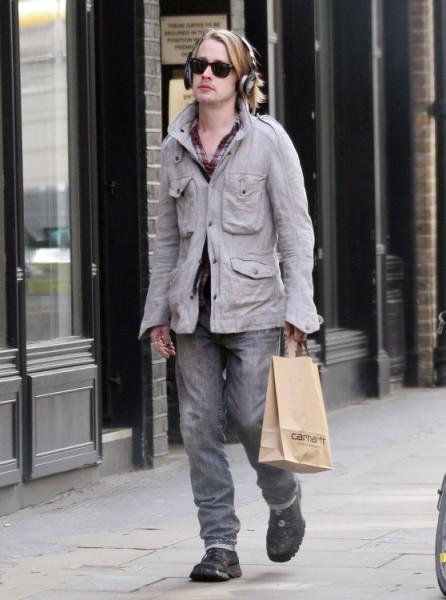 Macaulay Culkin Stalking Mila Kunis And Ashton Kutcher In London? (Photos) 0410