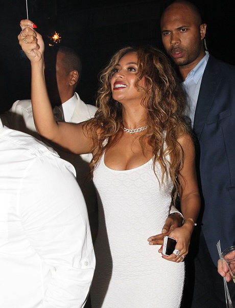Beyonce Divorce: Unable To Cope With Jay-Z's Cheating, Bizarre Half-Naked Instagram Behavior, Appears Heavily Medicated?