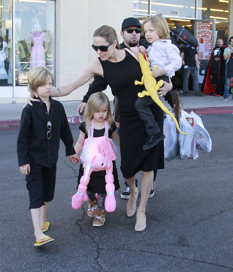 Brad Pitt and Angelina Jolie's Children Out Of Control - Terrorize a Pizza Parlor!