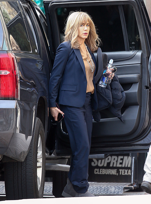Jennifer Aniston Perspiration Anxiety: Demands Assistants Fetch Ice Cubes, Carry Fans Around Everywhere?