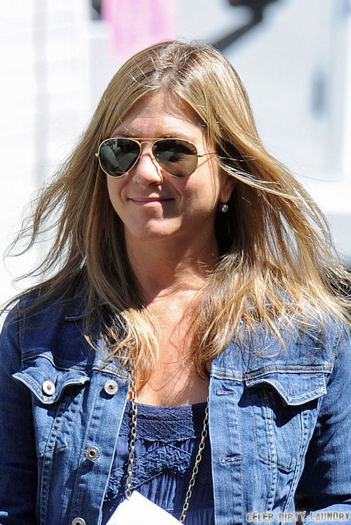 Jennifer Aniston Turns to IVF to Get Pregnant - Looking Bloated and Puffy (Video - Photos)