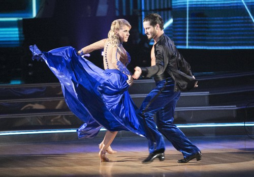Jodie Sweetin Injured: Rushed To Hospital After Dancing With The Stars Rehearsal Accident – Exits DWTS Season 22?