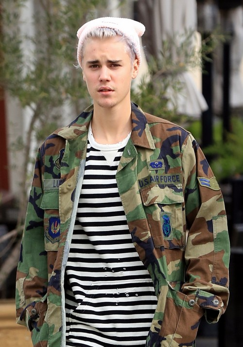 Justin Bieber Spotted Drinking Alone In A Gay Bar Without Entourage – Curious About Boys or Hiding From Paparazzi?