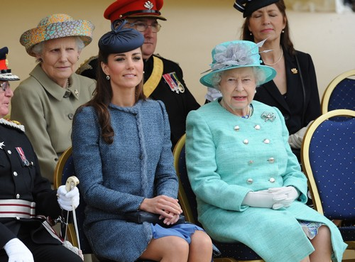 Kate Middleton Urged to Move Back To Kensington Palace by Queen Elizabeth: Wants Princess Charlotte Far From Carole Middleton?