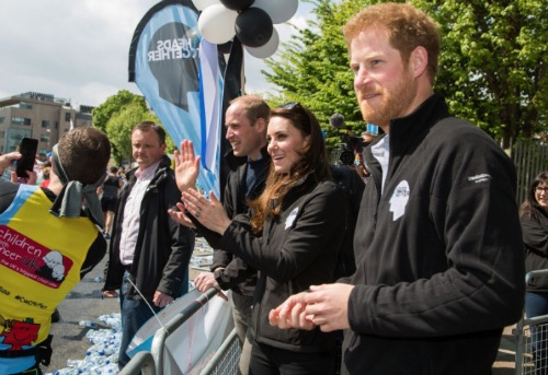 Kate Middleton Amused: London Marathoners Squirt Prince William With Water