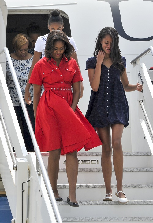 Queen Elizabeth Snubs Michelle Obama: Queen Ditches President's Wife For Horse Races, Pawns Her Off On Prince Harry!