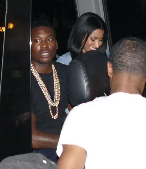Nicki Minaj Pregnant With Meek Mill's Baby: Rapper Demands Smoke Free Concert Tour, Tries To Hide Baby Bump?